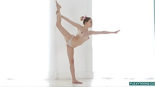 Flexible gymnast Emma Jomell shows lacking yummy pussy and perky nipples